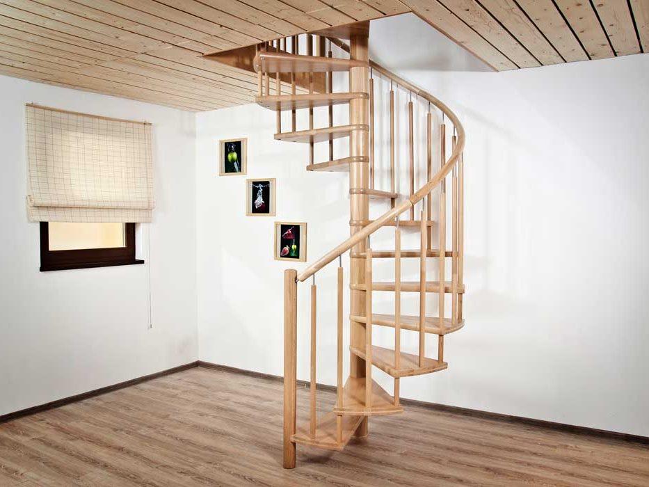 Винтовая деревянная лестница на второй этаж
