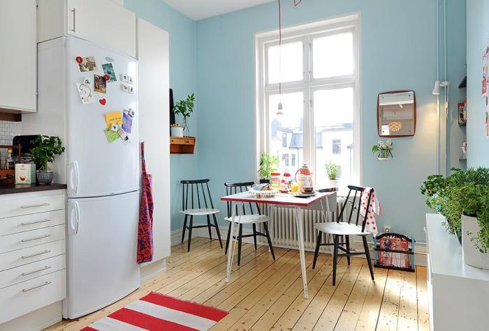 Использование голубых обоев на кухне