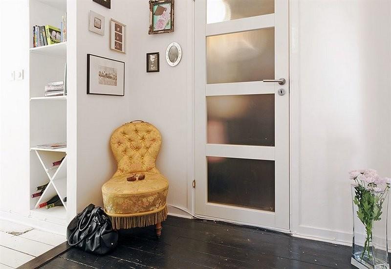 прихожая с белыми стенами и дверями