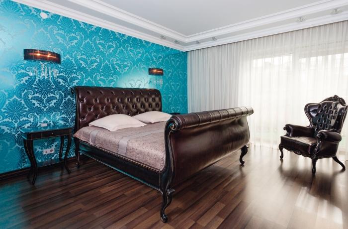 Применение бирюзовых обоев в спальне
