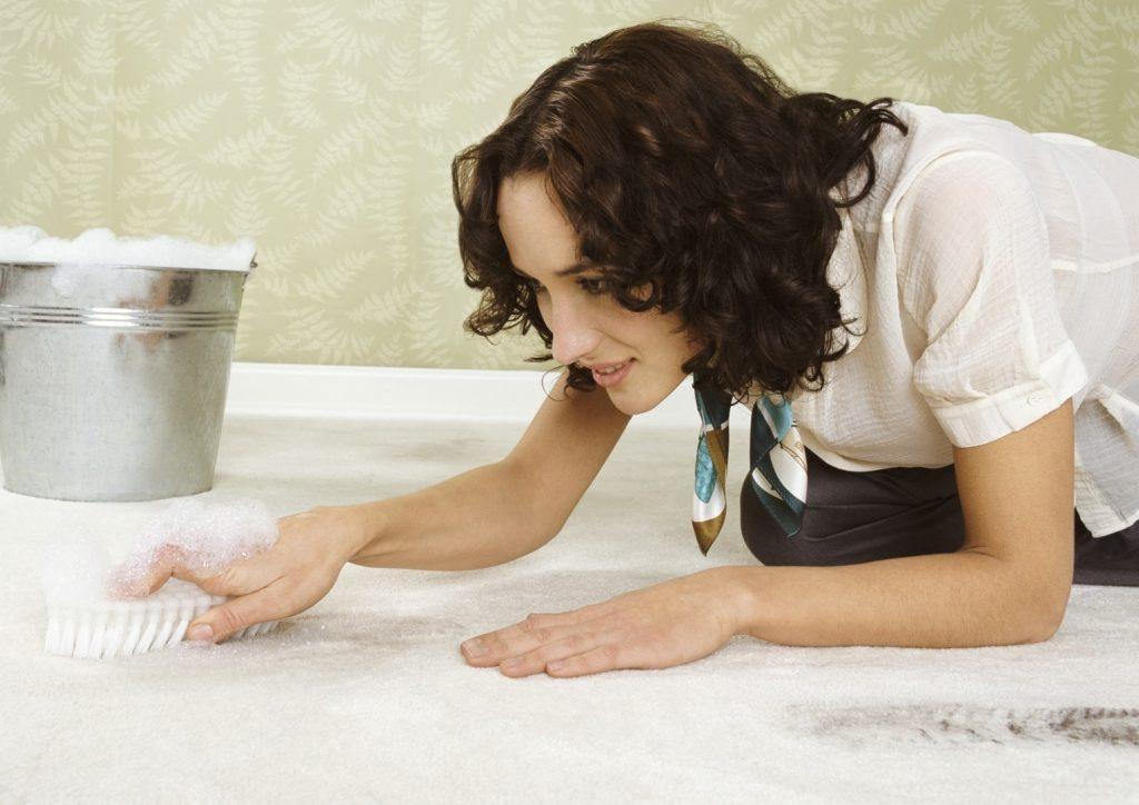 Как очистить ковер от пятен, жвачки, ртути или волос (эффективные способы)
