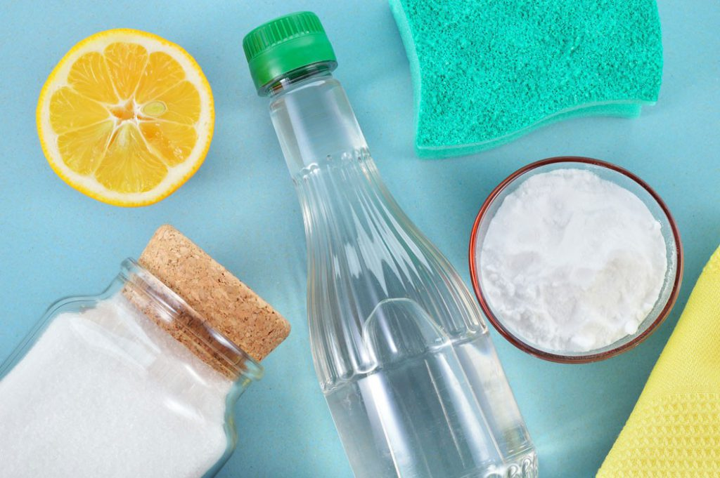 Соль, сода и уксус против пятен воска