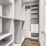 Как превратить кладовку в уютную гардеробную [6 свежих идей]
