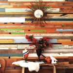 Стильная стена из дерева: оформления акцента [панели, пробка, доска]