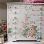 Как вдохнуть жизнь в старую мебель: 5 свежих идей