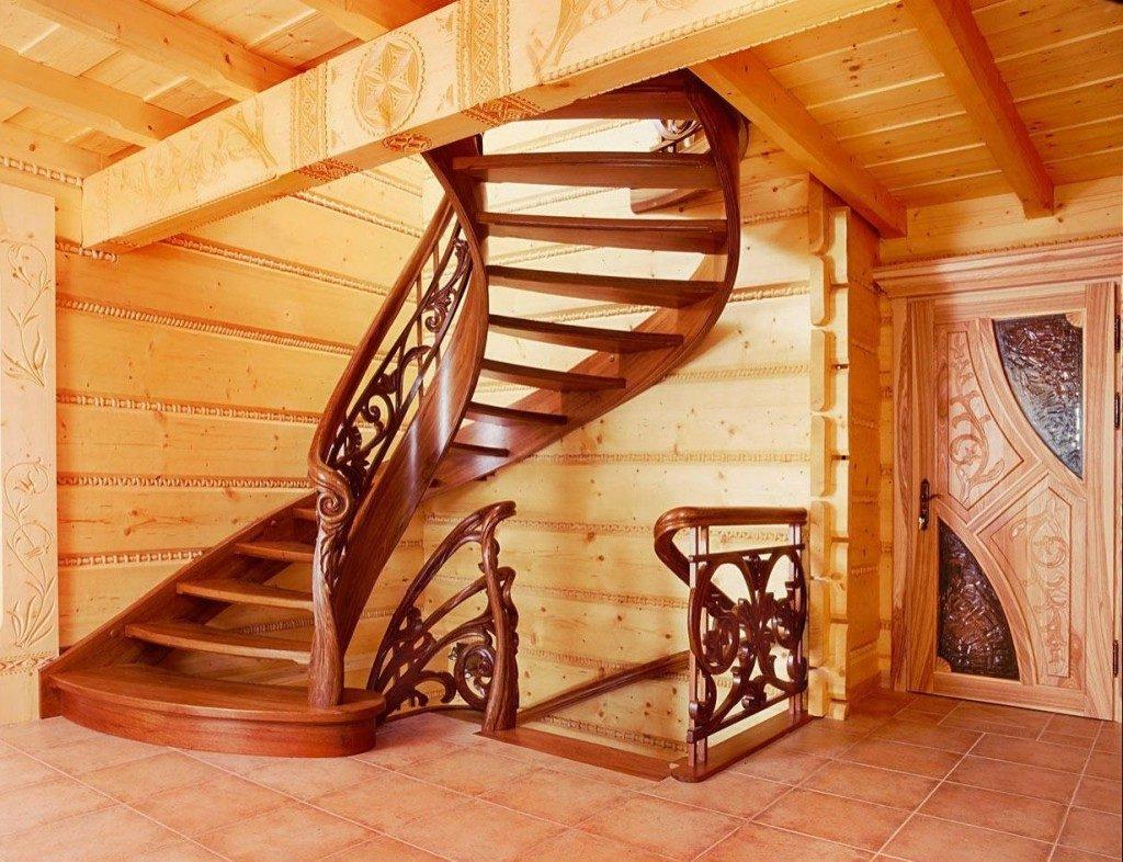 Полувинтовая лестница из дерева на второй этаж