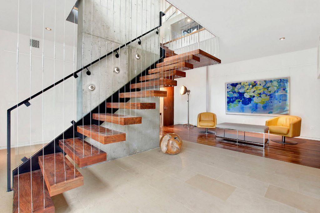 Стильная маршевая лестница на второй этаж