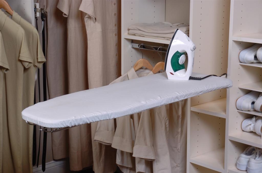 Встроенная гладильная доска в гардеробной