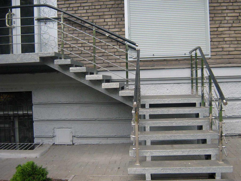 Наружная лестница в частный дом