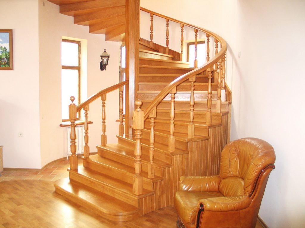 Стационарная винтовая лестница из дерева