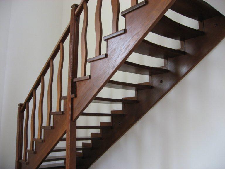 Деревянная лестница на косоурах своими руками