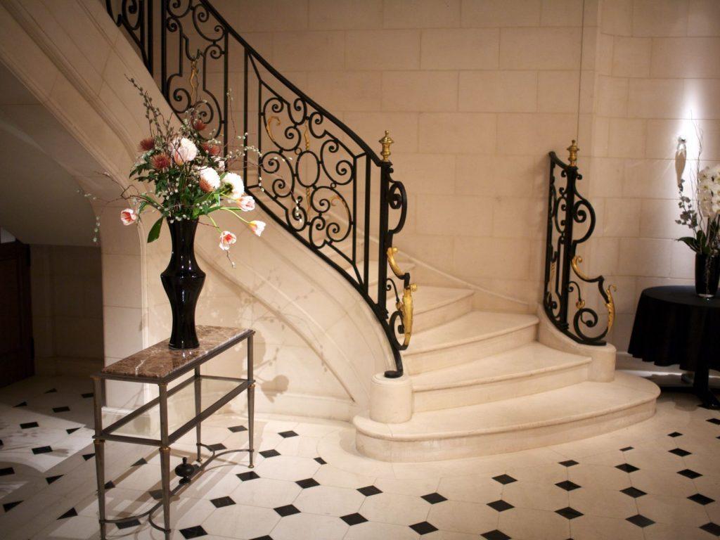 Лестница на второй этаж в классическом стиле