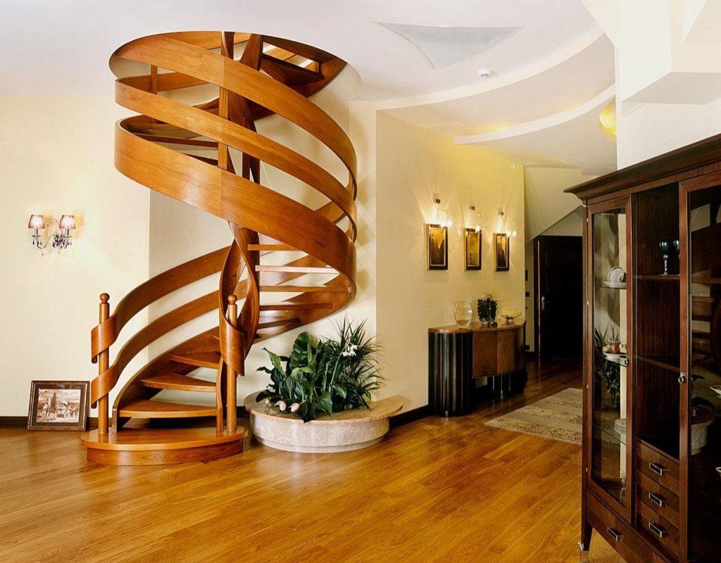 Красивая винтовая лестница из дерева