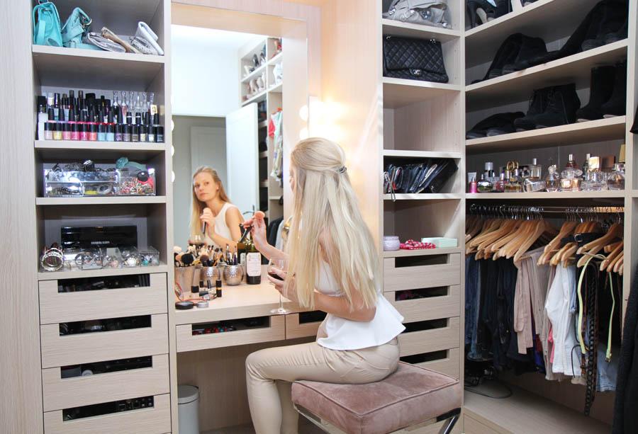 Туалетный столик с зеркалом в гардеробной