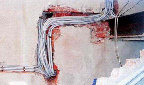 Как закрепить провод на стене без сверления
