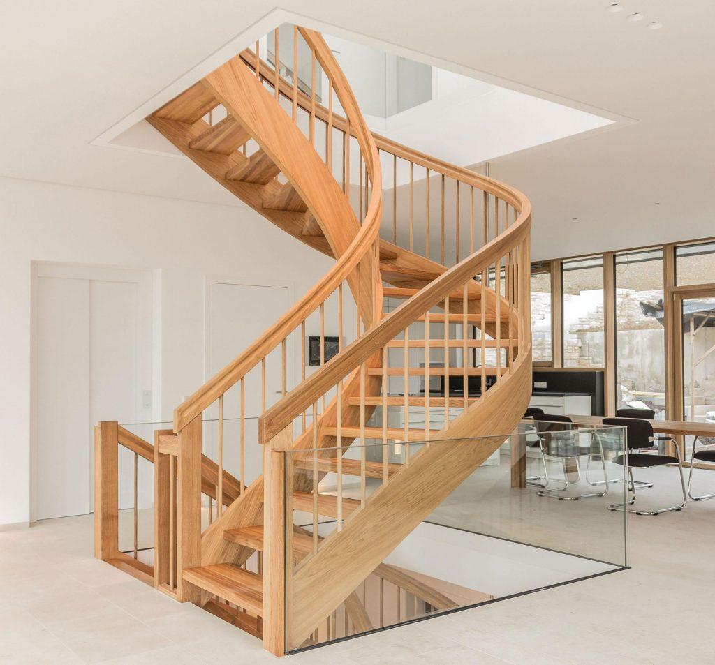 Полувинтовая лестница на второй этаж