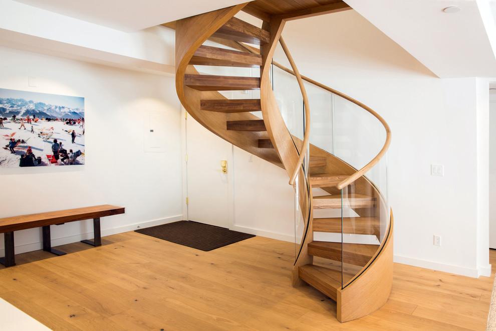 Деревянная винтовая лестница со стеклянным ограждением