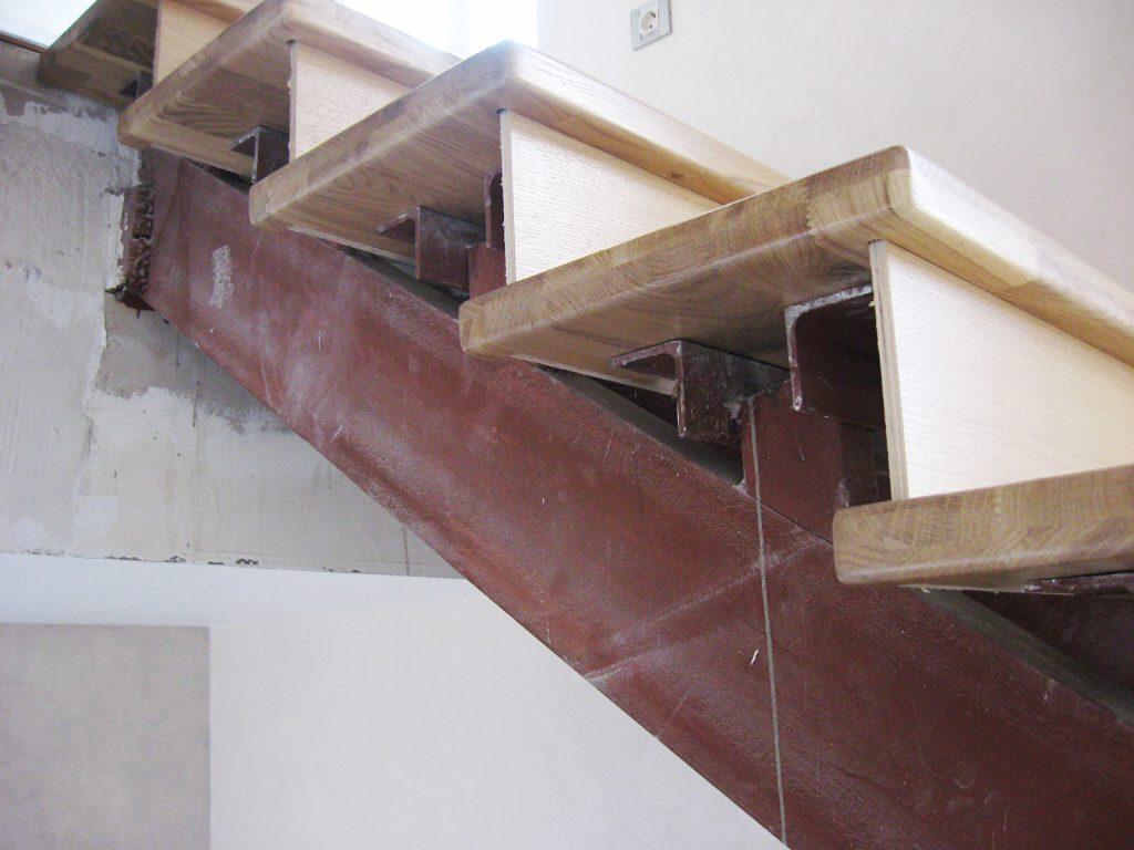 Как сделать металлическую лестницу на косоурах