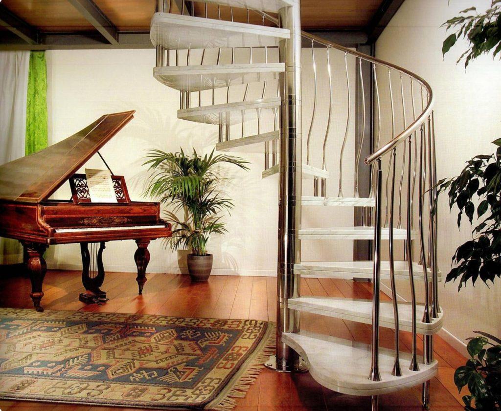 Винтовая лестница с каменными ступенями