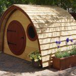 Как сделать домик для детских игр на дачном участке? [необычные идеи]