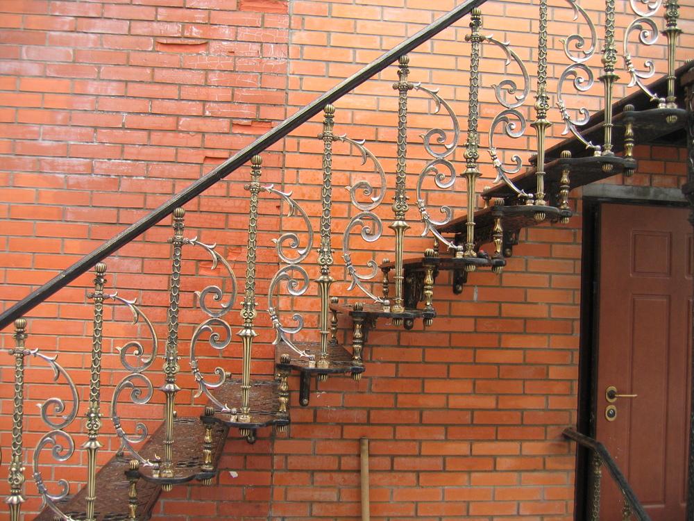 Металлическая наружная лестница с кованными перилами