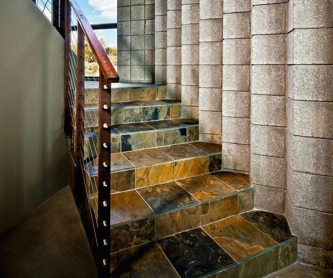 Отделка лестницы каменной плиткой