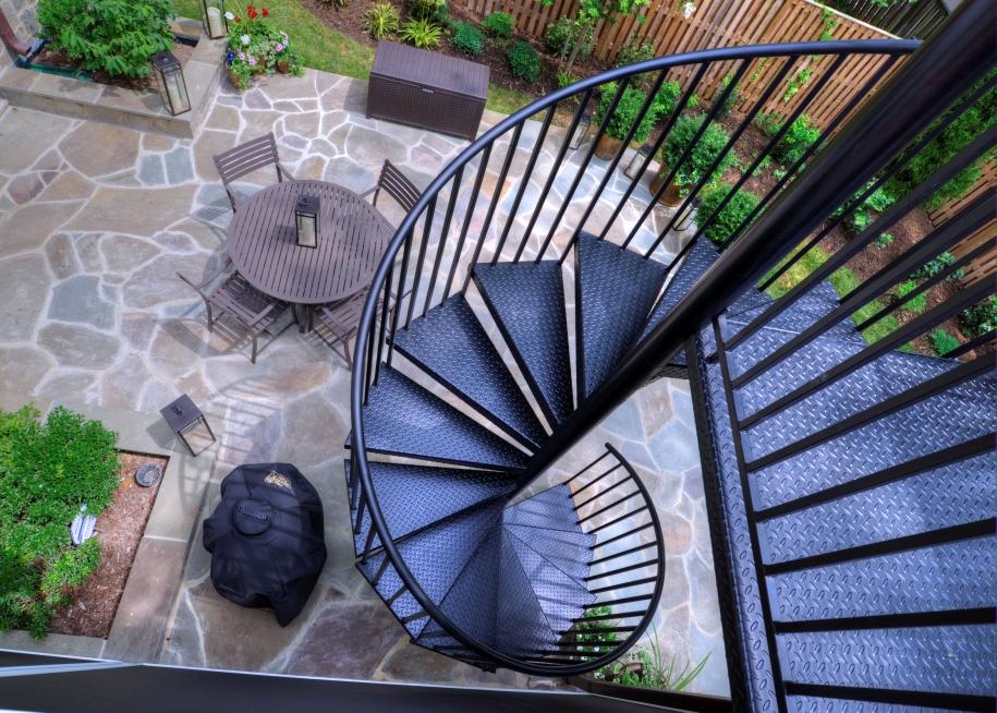 Винтовая уличная лестница на второй этаж