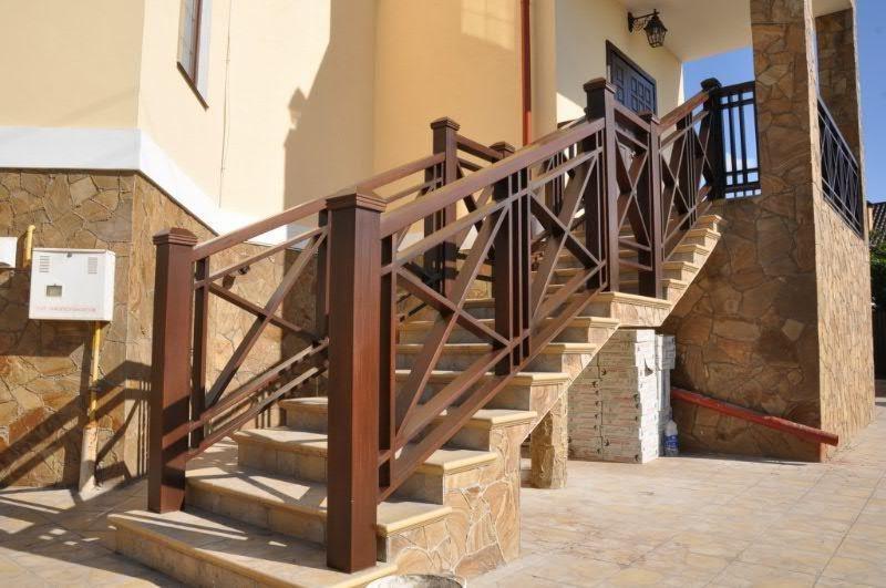Уличная лестница в дом с деревянными перилами