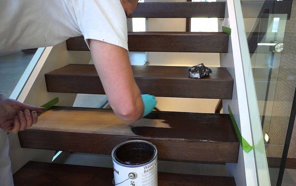 Покраска лестницы из сосны