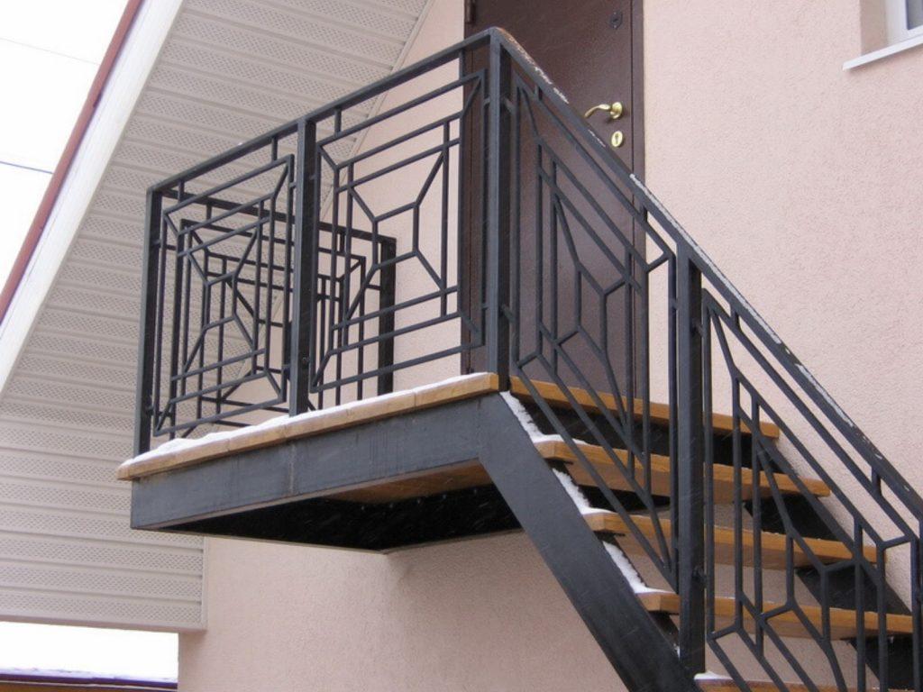 Наружная лестница на второй этаж с металлическим ограждением