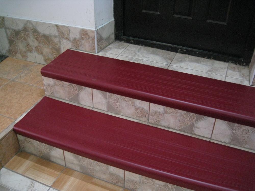 Пластиковые накладки для ступеней лестницы