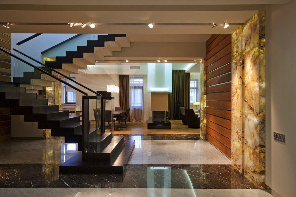 Дизайн просторного холла с лестницей