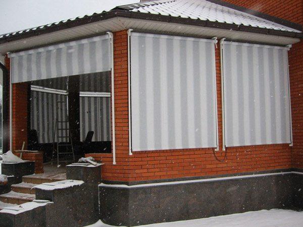 Уличные рулонные шторы для беседок – особенности и использование