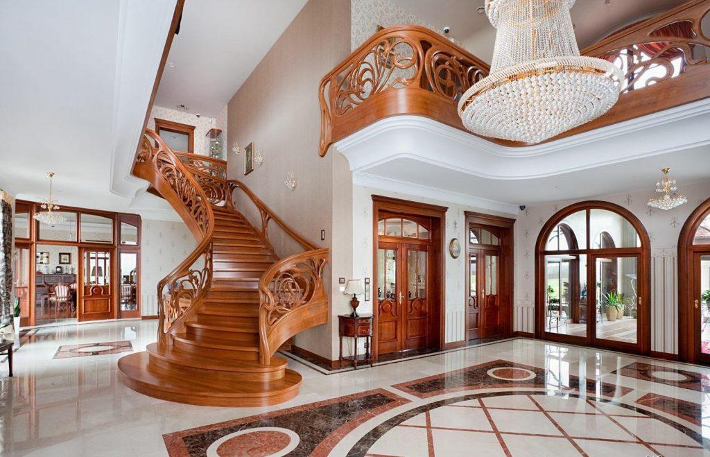 Элитная лестница в интерьере прихожей