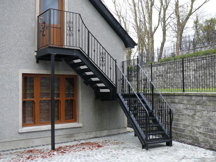 Уличная лестница на мансарду из металла