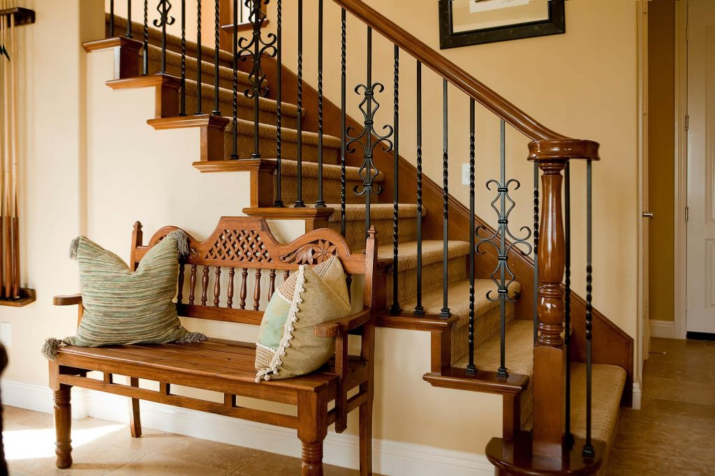 Прихожая с лестницей в стиле кантри