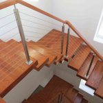 Особенности отделки металлической лестницы деревом: выбор материала и технология проведения работ