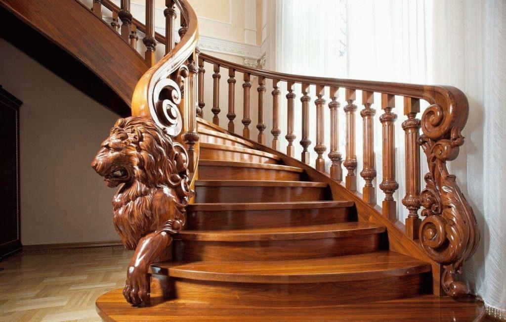 Деревянная лестница с резьбовыми фигурами