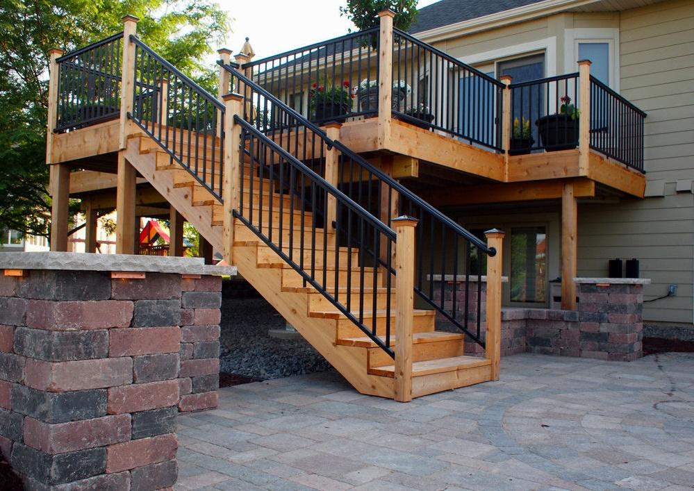 Деревянная лестница на террасу