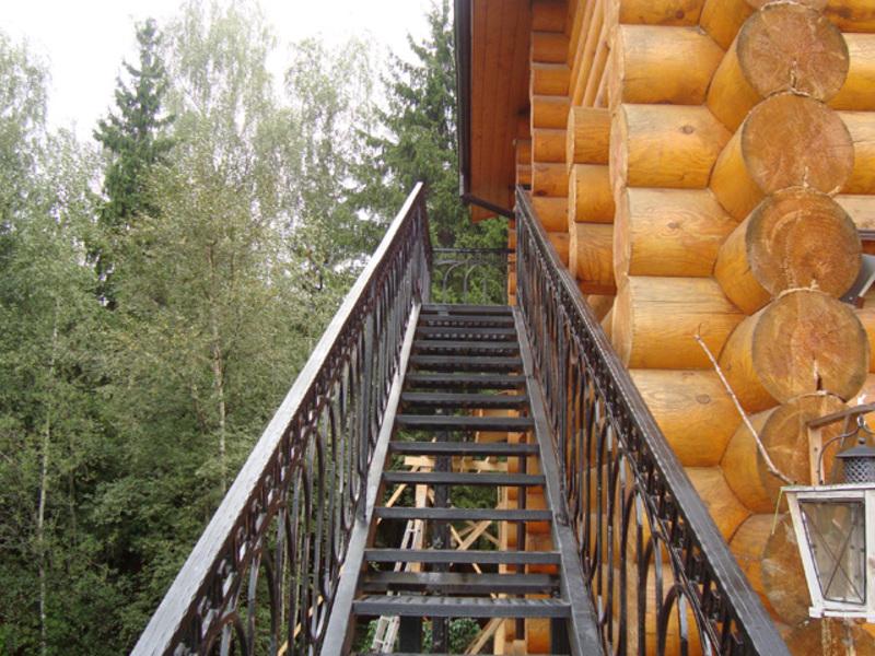 Прямая наружная лестница на второй этаж