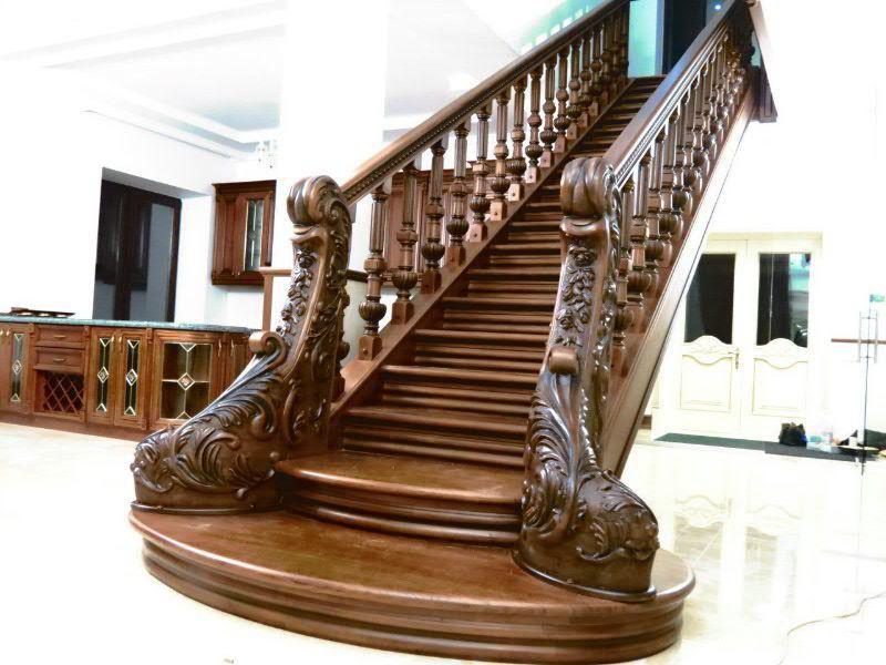 Деревянная лестница с резьбой