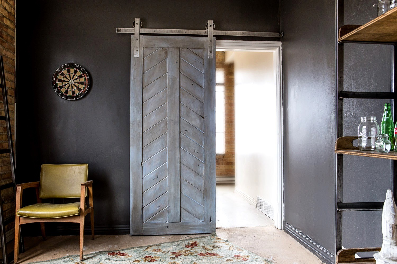 рельсовая дверь