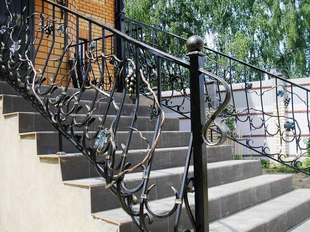 Наружная лестница в дом с кованными перилами