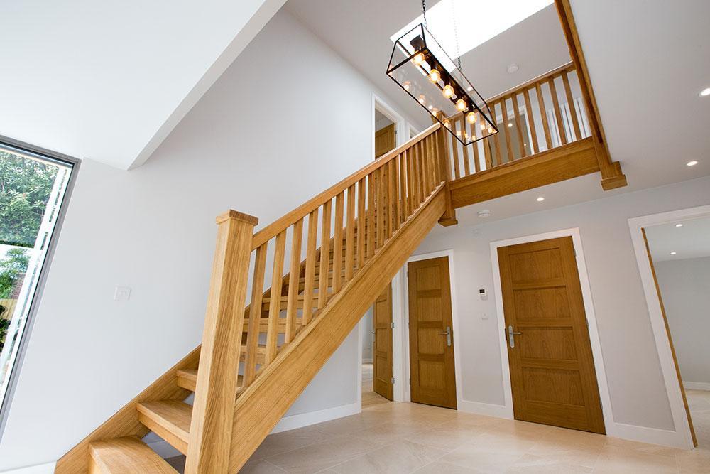 Прямая лестница из дерева