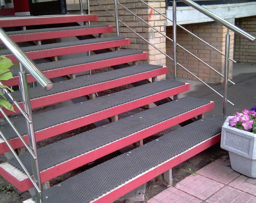 Противоскользящие коврики на ступени