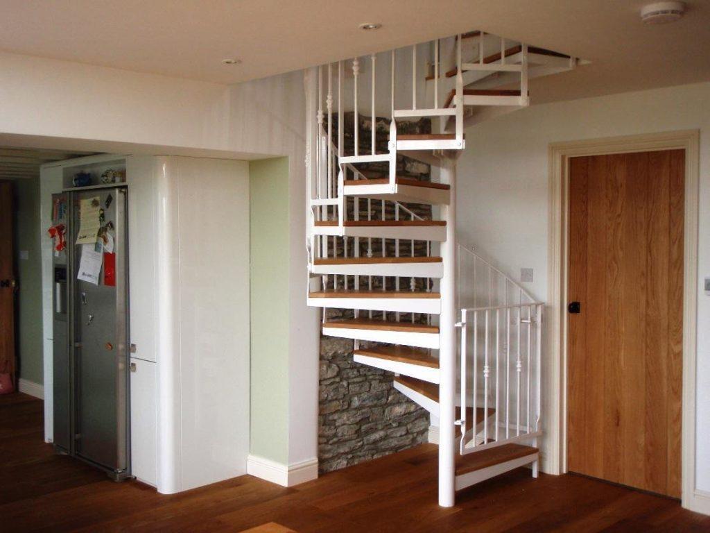 Винтовая лестница в прихожей