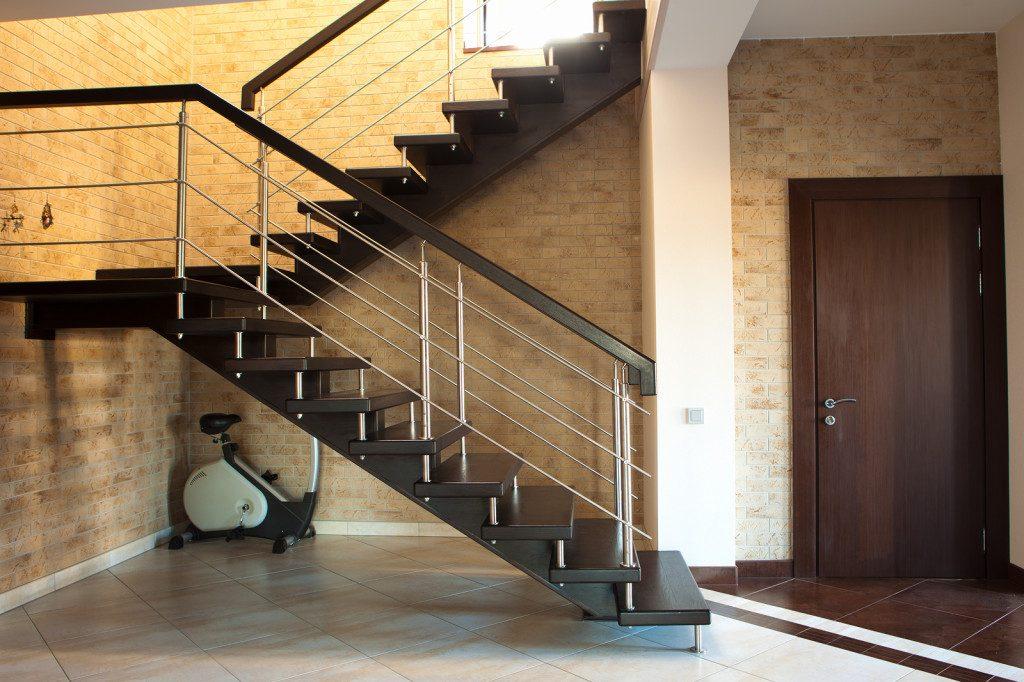 Лестница с площадкой в прихожей