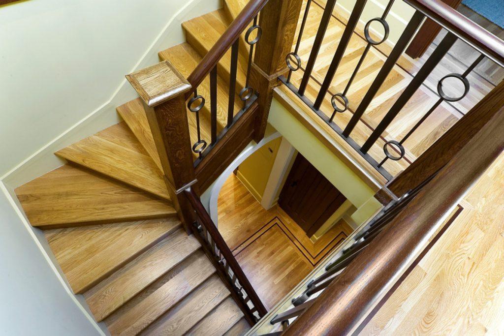 Лестница с забежными ступенями в прихожей