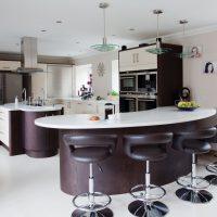 Барная стойка на кухне: все «за» и «против»