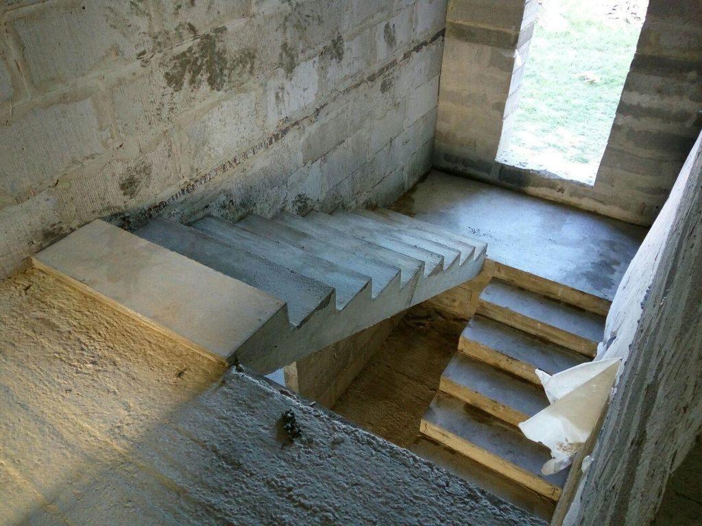 Лестница из бетона в подвал